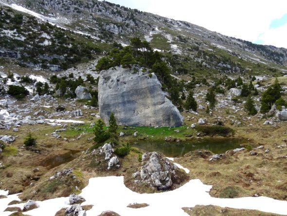 Torenhoge granieten rotsblokken
